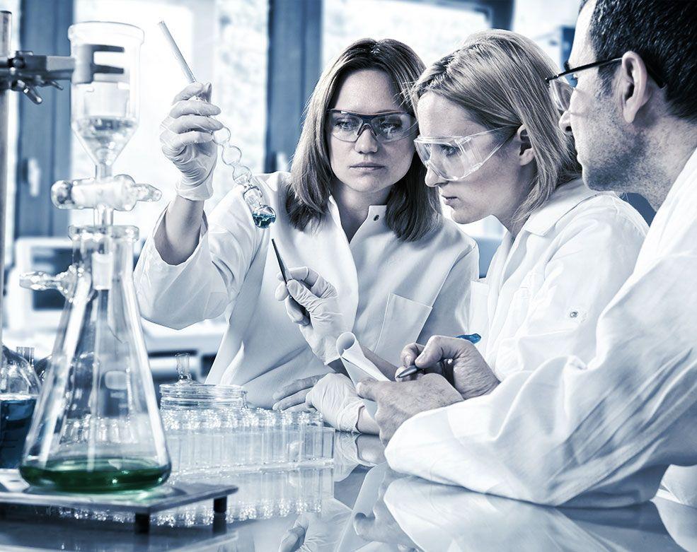 Квалифицированные специалисты клинико-диагностической лаборатории ЕМС.