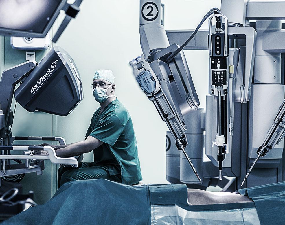 Хирургические операции в ЕМС с помощью робота Da Vinci Si HD.