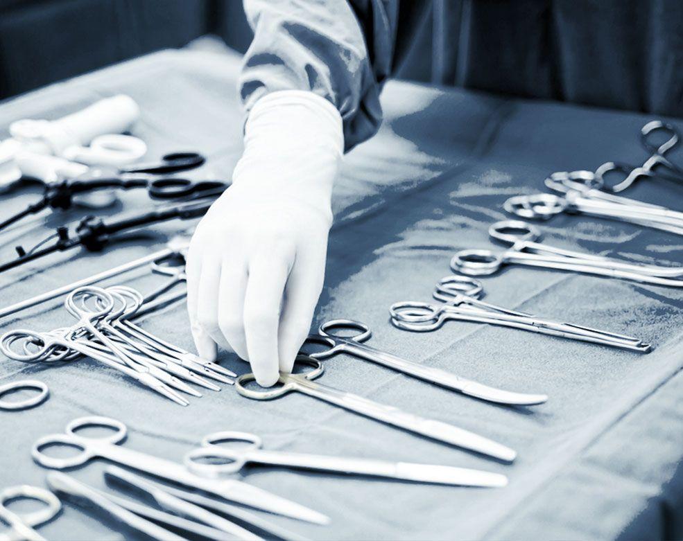 Инструменты хирурга в хирургической клинике ЕМС.